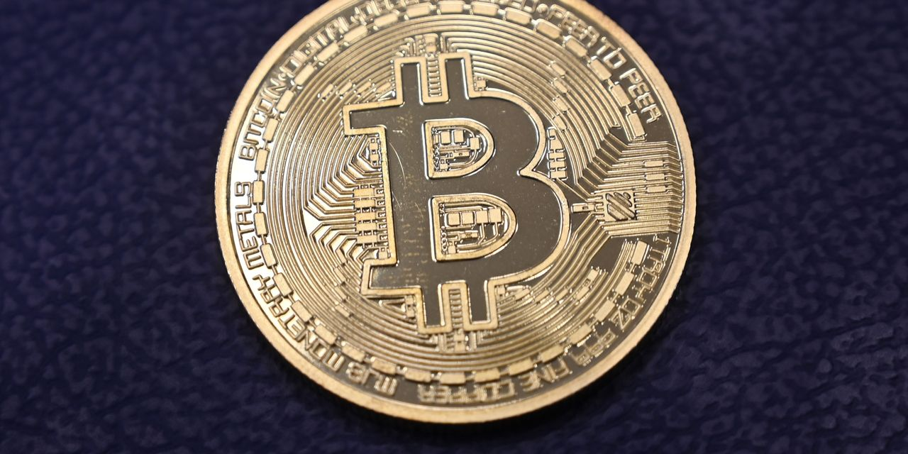 Bitcoin rises to a new record above $ 33,000 on Saturday